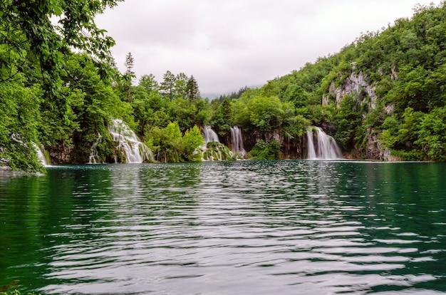Hermosa cascada y lago azul límpido en el parque nacional de los lagos de plitvice, dalmacia, croacia