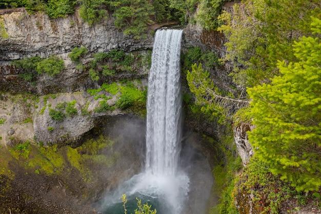 Hermosa cascada en las montañas canadienses