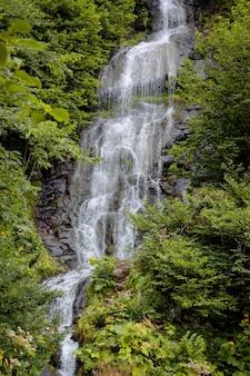 Hermosa cascada en las montañas