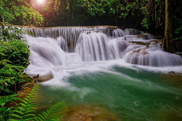 Hermosa cascada de naturaleza en kanjanaburi, tailandia (huai mae khamin falls) y bosque