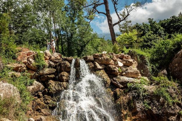 Hermosa cascada, naturaleza virgen, hermosa vista.