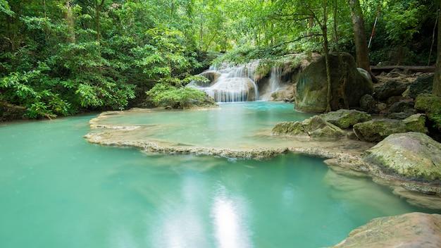 Hermosa cascada en el parque nacional cascada erawan en kanchanaburi, tailandia