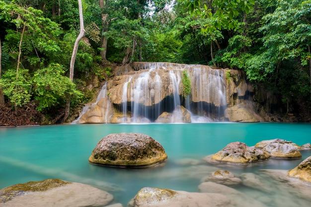 Hermosa cascada en un parque nacional tailandés