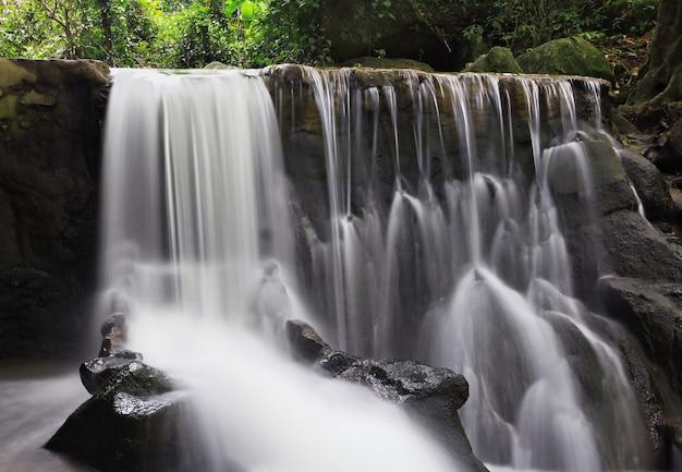 Hermosa cascada en la selva de tailandia