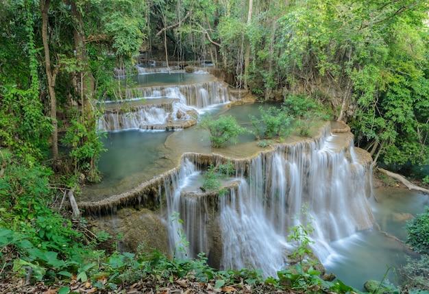 Hermosa cascada de selva tropical en tailandia