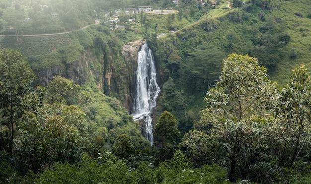 Hermosa cascada en sri lanka