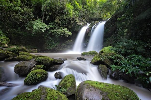 Hermosa cascada en tailandia. río corriente que fluye sobre formaciones rocosas en la montaña