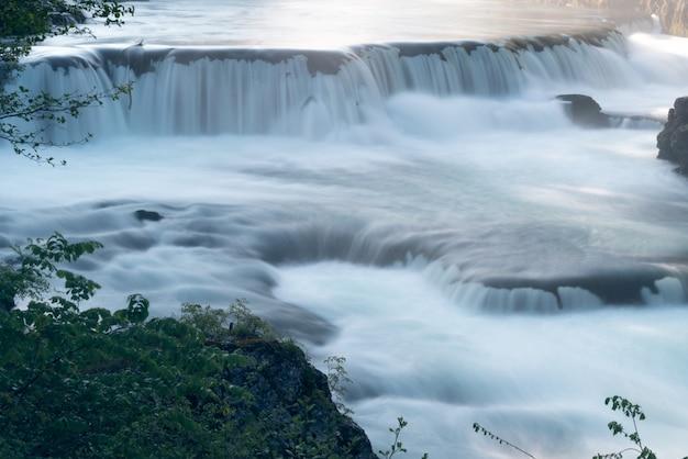 Hermosa cascada temprano en la mañana