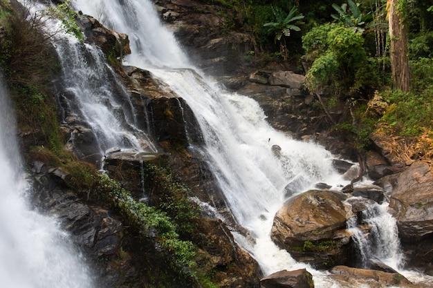 Hermosa cascada de wachirathan