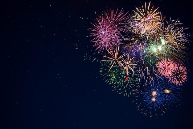 Hermosa celebración brillantes fuegos artificiales sobre cielo estrellado, espacio de copia