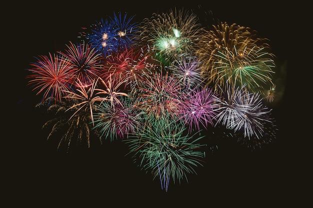 Hermosa celebración de fuegos artificiales multicolores.
