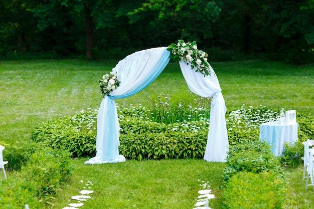 Hermosa ceremonia de boda en el parque