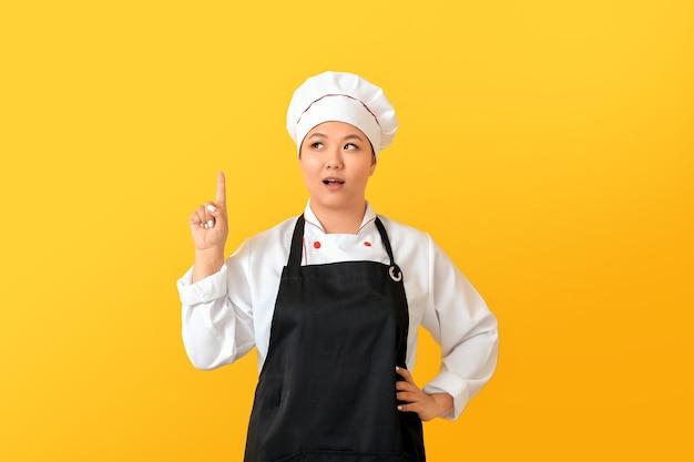 Hermosa chef asiática con el dedo índice levantado