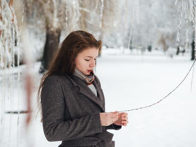 Hermosa chica en un abrigo. retrato de invierno