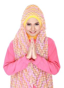 Hermosa chica acogedora vistiendo hijab sonriendo