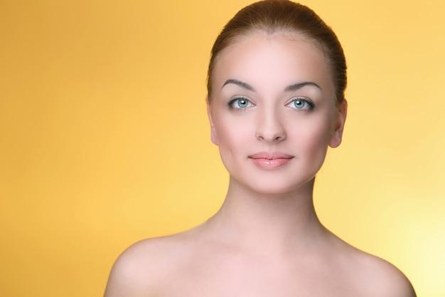 Hermosa chica en amarillo