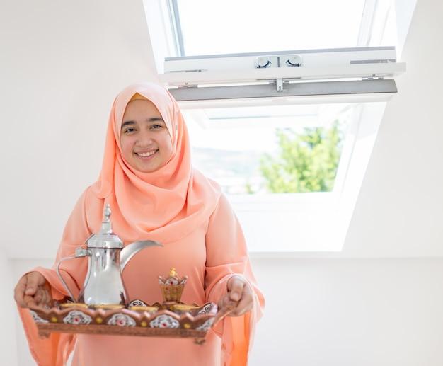 Hermosa chica árabe musulmana