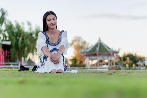 Hermosa chica atractiva en el parque