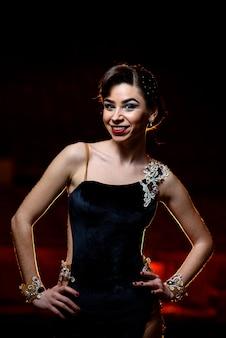 Hermosa chica baila en el escenario.