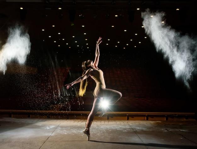 Hermosa chica bailando en el escenario.