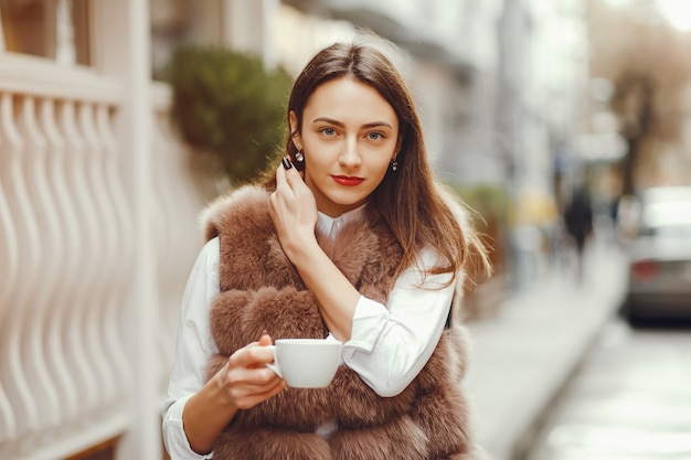 Hermosa chica bebe cafe