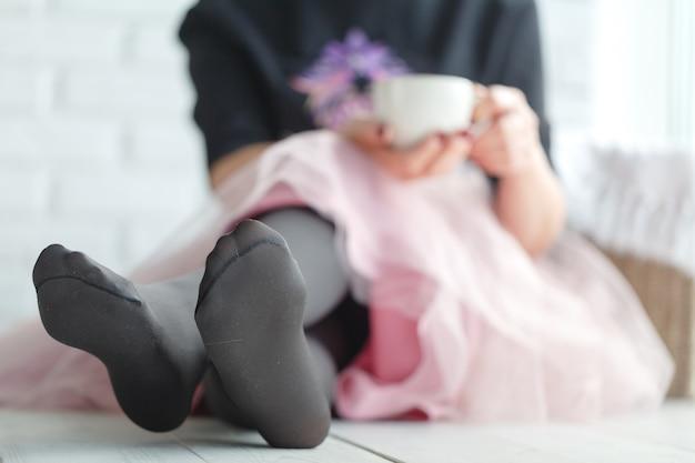 Hermosa chica con bebida caliente relajante en casa