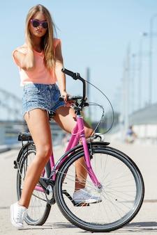 Hermosa chica con bicicleta