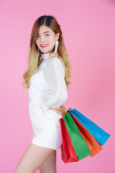Hermosa chica blanca sosteniendo una bolsa de compras, moda y belleza.