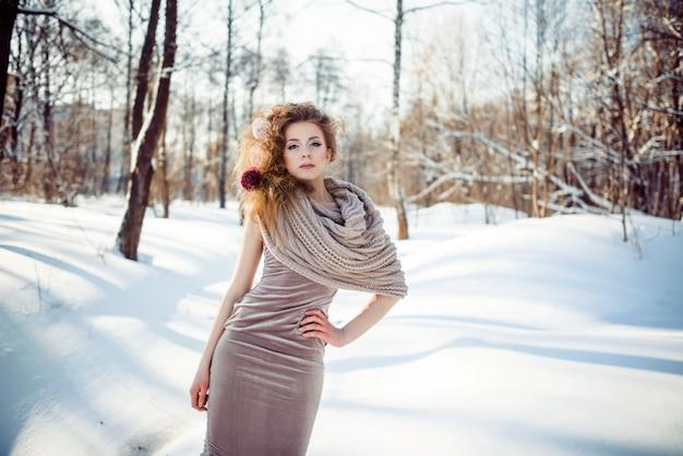Hermosa chica en el bosque de invierno