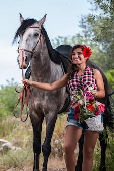 Hermosa chica y caballo en la naturaleza
