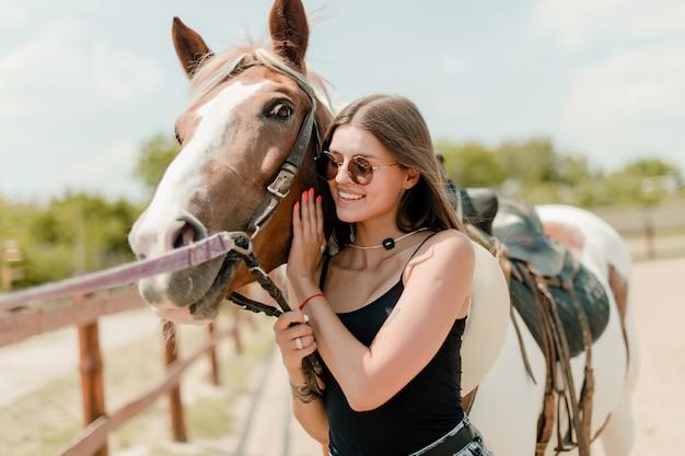 Hermosa chica con un caballo