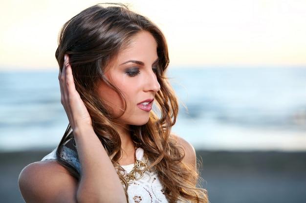 Hermosa chica con cabello castaño