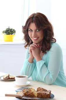 Hermosa chica en el cafe