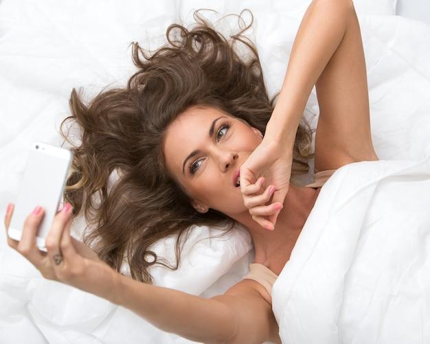 Hermosa chica en el cama