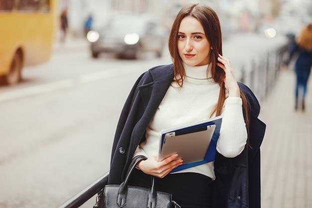 Hermosa chica caminando en la ciudad