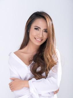 Hermosa chica con camisa blanca.