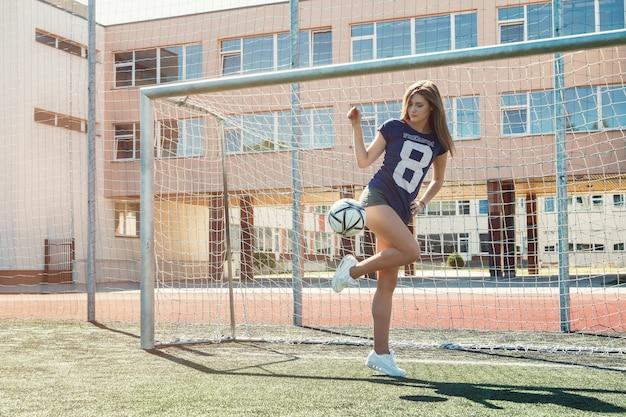 Hermosa chica en el campo de fútbol