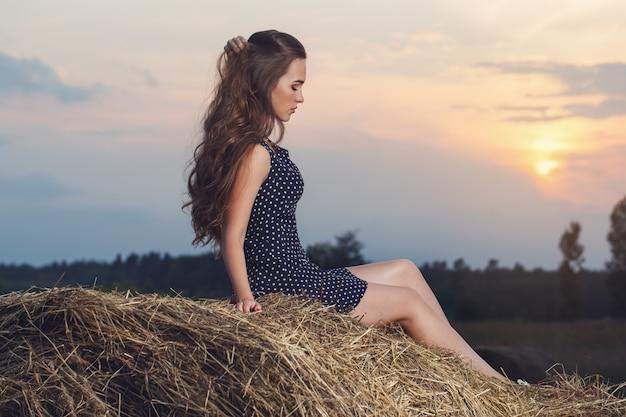 Hermosa chica en el campo