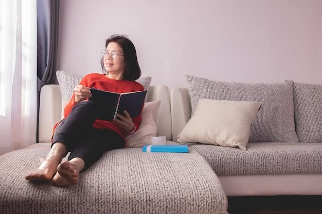 Hermosa chica en casa sentada en el sofá
