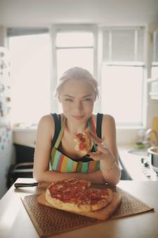 Hermosa chica comiendo pizza sabrosa
