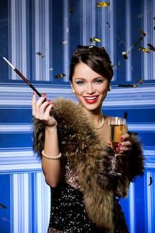 Hermosa chica con copa de champán