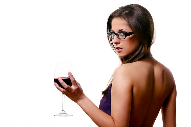 Hermosa chica con copa de vino