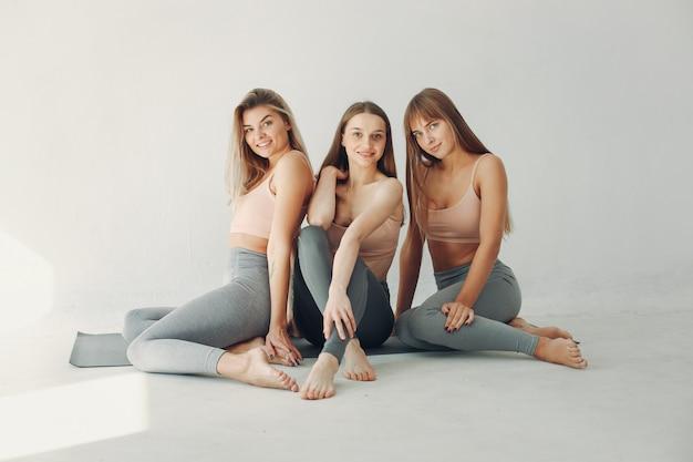 Una hermosa chica se dedica a un estudio de yoga.