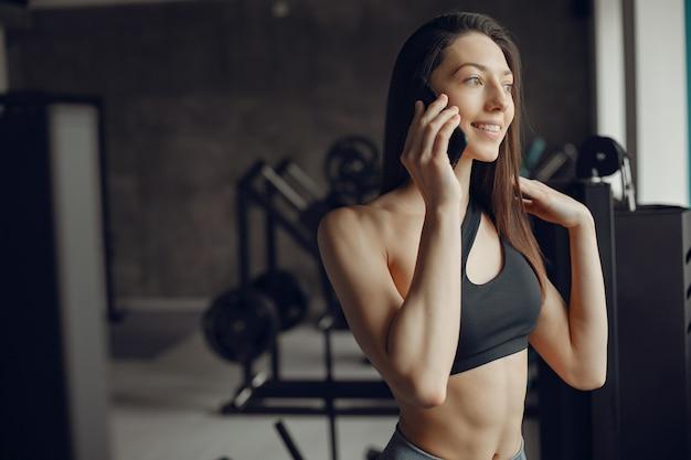 Una hermosa chica se dedica a un gimnasio
