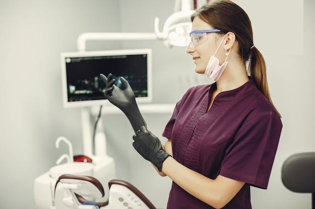 Hermosa chica en un dentista