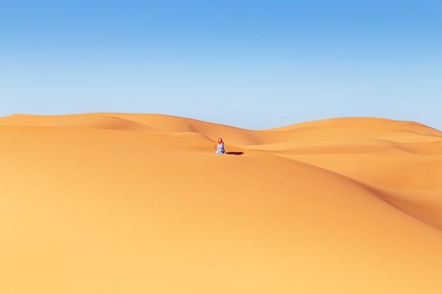 Hermosa chica en el desierto del sahara. erg chebbi, merzouga, marruecos.