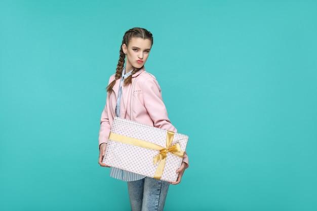 Hermosa chica divertida en peinado de coleta de estilo casual y chaqueta rosa