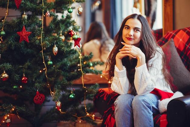 Hermosa chica divertirse en un estudio
