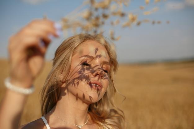 Hermosa chica elegante en un campo de otoño