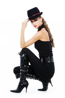 Hermosa chica elegante con maquillaje brillante y ropa negra